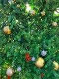 Украшенная рождественская елка со светом, ярким блеском, золотом и серебряными alls стоковое изображение rf