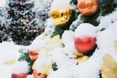 Украшенная рождественская елка с гирляндой, ярмаркой напольно Карточка и картина Xmas конец вверх Зима стоковые фото
