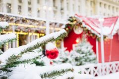 Украшенная рождественская елка с гирляндой, ярмаркой напольно Карточка и картина Xmas конец вверх Зима стоковое изображение rf