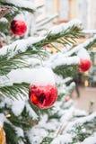 Украшенная рождественская елка с гирляндой, ярмаркой напольно Карточка и картина Xmas конец вверх Зима стоковые фотографии rf