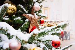 Украшенная рождественская елка с гирляндой, ярмаркой напольно Карточка и картина Xmas конец вверх Зима стоковое изображение
