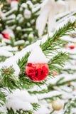 Украшенная рождественская елка с гирляндой, ярмаркой напольно Карточка и картина Xmas конец вверх Зима стоковое фото