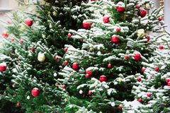 Украшенная рождественская елка с шариками, гирлянда на ярмарке напольно Карточка и картина Xmas Зима стоковое изображение