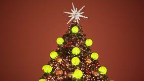 Украшенная рождественская елка в игрушках для рождества в Москве на улице Накаляя золотые шарики и гирлянды на видеоматериал