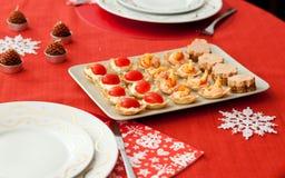 Украшенная таблица рождества с вкусными tartlets Стоковые Изображения