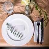 Украшенная таблица готовая для обедающего Красиво украшенная таблица установила с цветками, плитами и serviettes для wedding или  стоковые изображения
