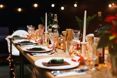 Украшенная таблица праздника рождества готовая для обедающего Стоковые Фотографии RF