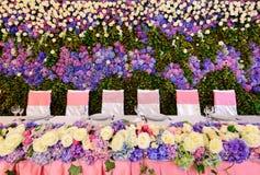Украшенная таблица с розами и гортензиями для невест Стоковое фото RF