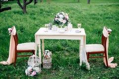 Украшенная таблица служила для 2 в саде Романтичное датировка Стоковое Изображение