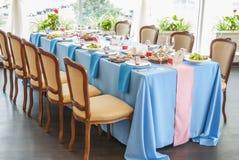 Украшенная wedding таблица настроенная в ресторане Стоковые Фото