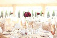 украшенное венчание таблицы розы лепестков перл фокуса отмелое Стоковое Фото