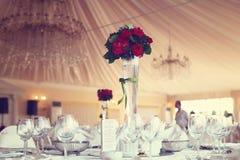 украшенное венчание таблицы розы лепестков перл фокуса отмелое Стоковые Фото