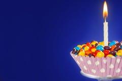Украшенное пирожное дня рождения при одно освещенное свеча и красочное cand Стоковое Фото