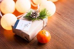 Украшенное boxe подарка на деревянной предпосылке с tangerines и Стоковая Фотография