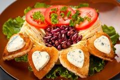 Украшенные зажаренный хлеб и голубой сыр в форме сердца. Стоковые Изображения