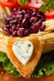 Украшенные зажаренный хлеб и голубой сыр в форме сердца. Стоковое фото RF