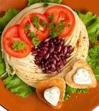Украшенные зажаренный хлеб и голубой сыр в форме сердца. Стоковые Изображения RF