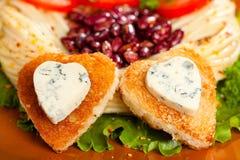 Украшенные зажаренный хлеб и голубой сыр в форме сердца. Стоковая Фотография RF