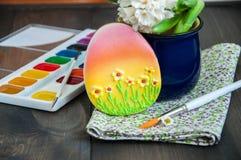 Украшенные краски и щетка гиацинта стоцвета печений пасхального яйца Стоковые Изображения RF