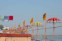 Украшенные красочные зонтики в Ганге в Варанаси, Индии Стоковое фото RF