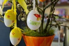 Украшенные пасхальные яйца с catkins на таблице стоковое изображение