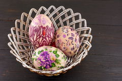 Украшенные пасхальные яйца в корзине Стоковая Фотография RF