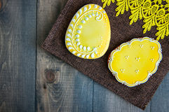 Украшенные печенья зайчика и яичка пасхи на деревянной предпосылке e Стоковое Изображение