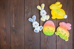 Украшенные печенья зайчика и яичка пасхи на деревянной предпосылке e Стоковые Изображения RF