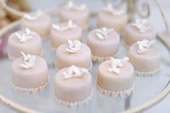 Украшенные пирожные на стеклянной пластинке Стоковая Фотография