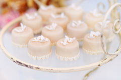 Украшенные пирожные на стеклянной пластинке Стоковые Изображения