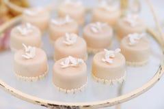 Украшенные пирожные на стеклянной пластинке Стоковое Изображение RF