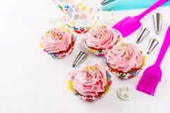 Украшенные пирожные дня рождения и предпосылка cookware Стоковая Фотография RF