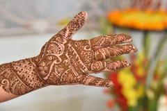 Украшенные руки с хной Индийский, травяной стоковая фотография rf