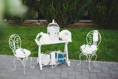 Украшенные таблица и стулья Стоковая Фотография RF