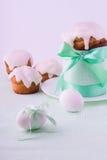 Украшенные торт и яичка пасхи Стоковая Фотография