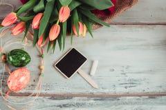 Украшенные яичка и тюльпаны Стоковые Изображения RF