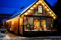 Украшенный дом на рождестве в Германии покрыл с снегом Праздничные света, гирлянды Красивый курортный сезон стоковое изображение rf