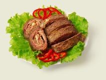 украшенный зажаренный крен мяса Стоковые Изображения