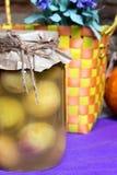 Украшенный опарник, законсервированные плодоовощи абрикоса, корзина соломы в кухне eco Стоковые Изображения