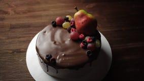 Украшенный очень вкусный торт сток-видео