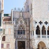 Украшенный портал дворца ` s дожа в Венеции Стоковая Фотография RF
