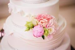 Украшенный свадебный пирог с розами и пионами Стоковое Изображение