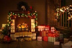 Украшенный с ветвями ели и гирляндой камина, рождество и Стоковая Фотография