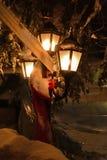 Украшенный уличный фонарь на снежной ноче Стоковое Изображение
