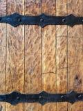 Укрепленная трудная деревянная средневековая текстура двери Стоковая Фотография
