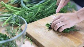 Укроп вырезывания для салата сток-видео