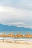 Укрытие ладони с sunbeds в пляже Китая в Da Nang Стоковые Фото