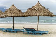 Укрытие и sunbeds ладони в пляже в Da Nang Стоковые Изображения