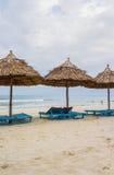 Укрытие и sunbeds в Китае приставают к берегу в Da Nang Стоковое Изображение RF