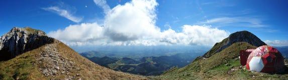 укрытие piatra om гор la craiului пиковое Стоковая Фотография RF